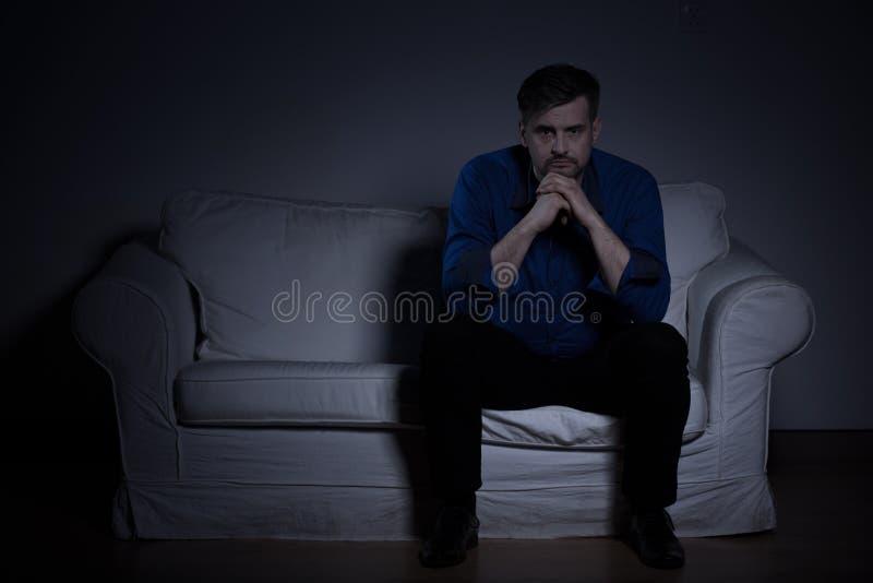 Homme seul de désespoir photo libre de droits