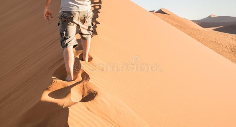 Homme seul marchant sur la crête de sable à la dune 45 dans le désert de Sossusvlei photographie stock libre de droits