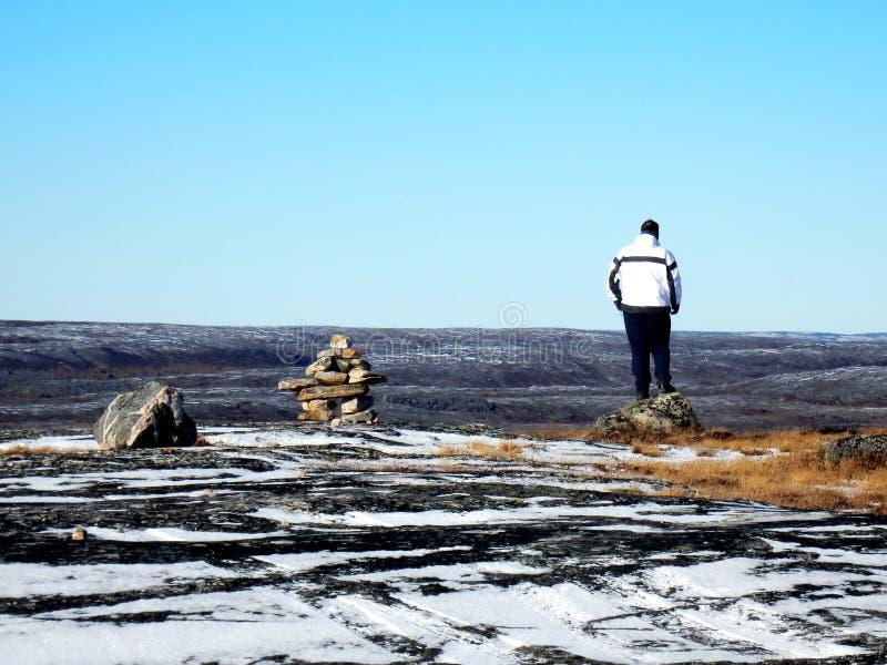 Homme seul sur le dessus d'une montagne dans Kuujjuaq, image libre de droits