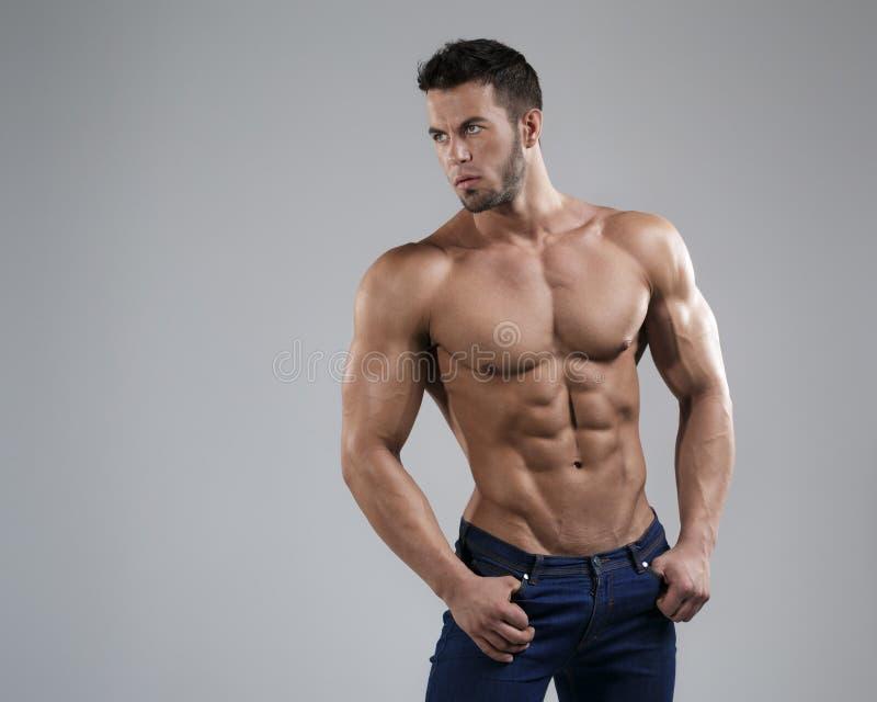 Homme sexy dans le studio image libre de droits