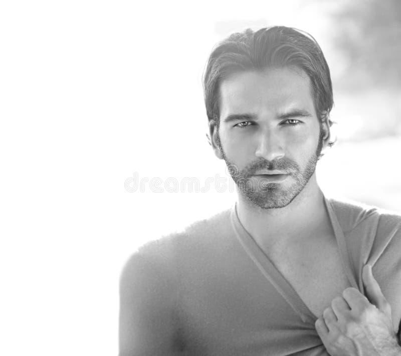 Homme sexy en noir et blanc images stock