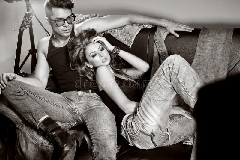 Homme sexy et femme faisant une pousse de photo de mode image libre de droits