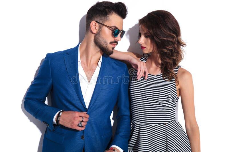 Homme sexy et femme regardant l'un l'autre images stock