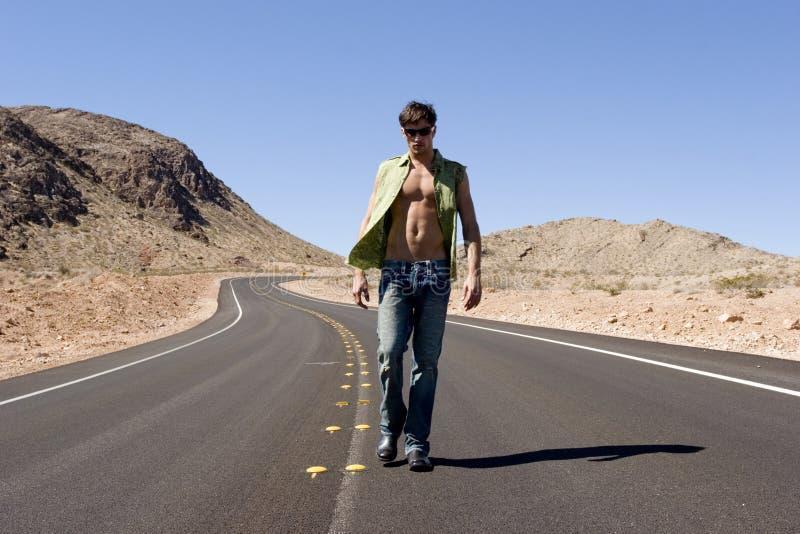 Homme sexy sur la route photos stock