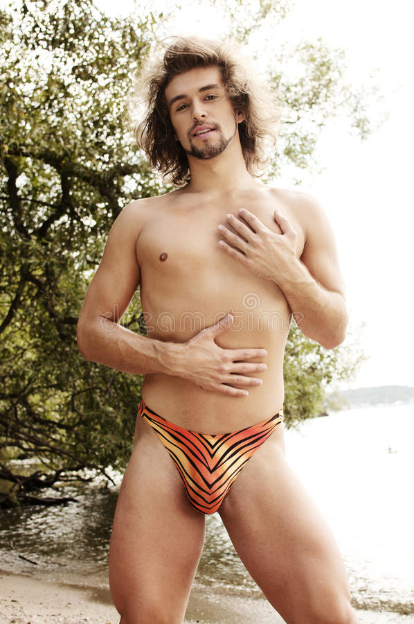 Homme sexy sur une plage photos stock