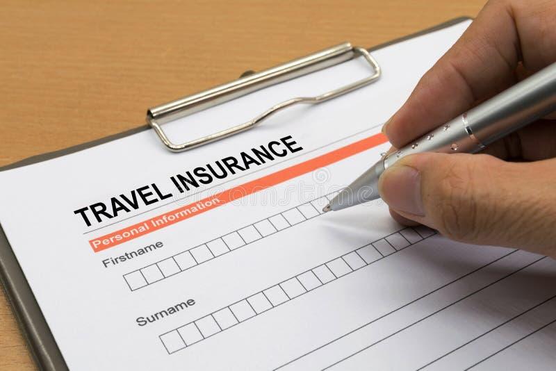 Homme signant une police d'assurances de voyage photos stock