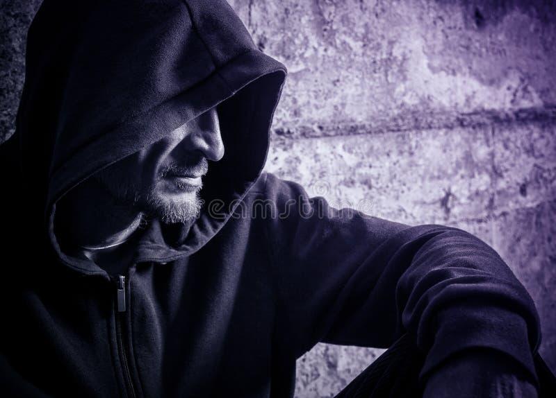 Homme solitaire dans un capot image stock