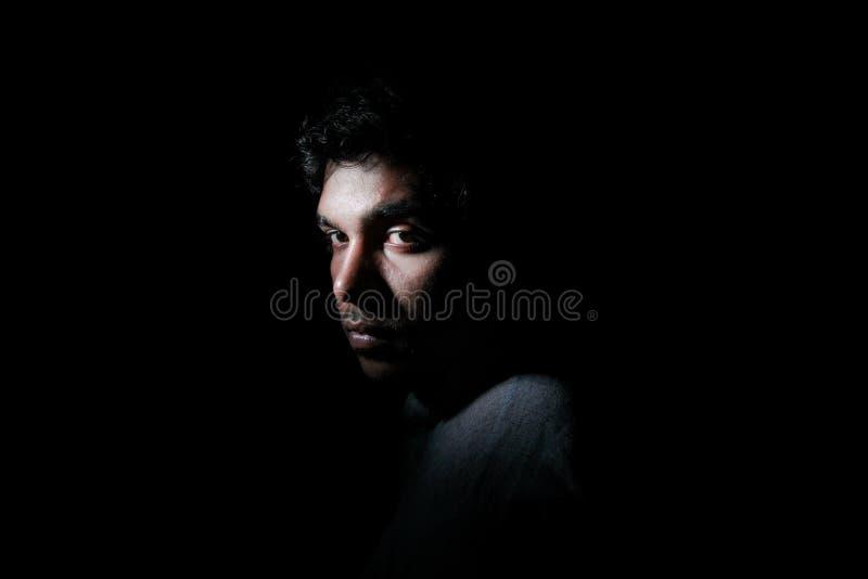 Homme sombre dans la densité photographie stock