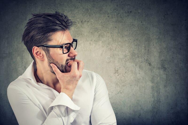 Homme soucieux avec les ongles acérés de phobie photo libre de droits