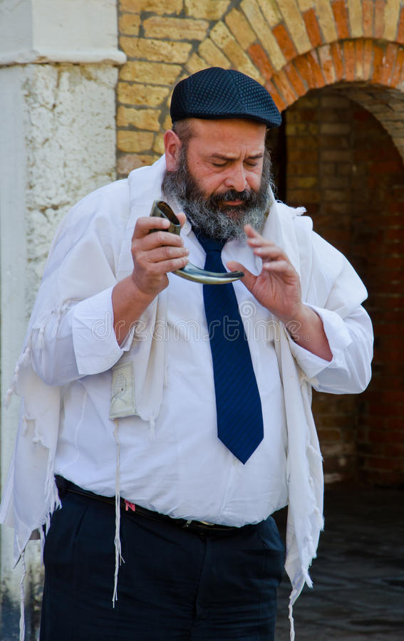 Homme soufflant le shofar yéménite image libre de droits