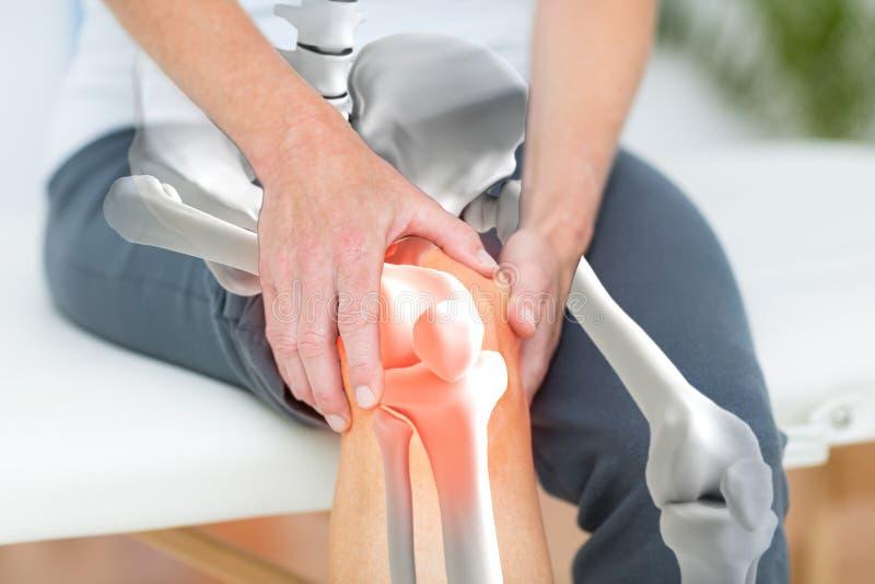Homme souffrant avec l'inflammation de genou photos libres de droits