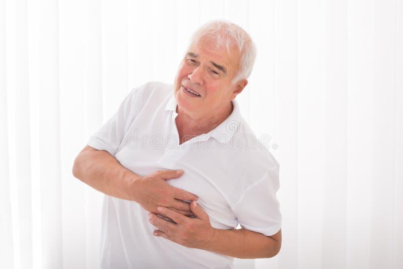 Homme souffrant de la crise cardiaque photo stock