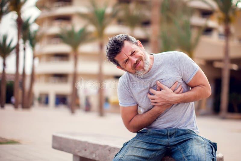 Homme souffrant de la crise cardiaque Concept de personnes, de soins de santé et de médecine photos libres de droits