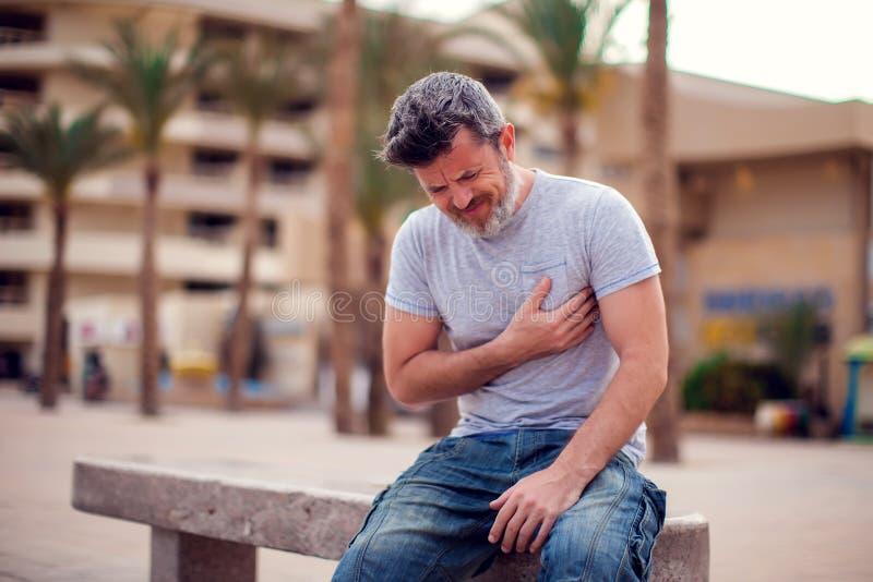 Homme souffrant de la crise cardiaque Concept de personnes, de soins de santé et de médecine image libre de droits