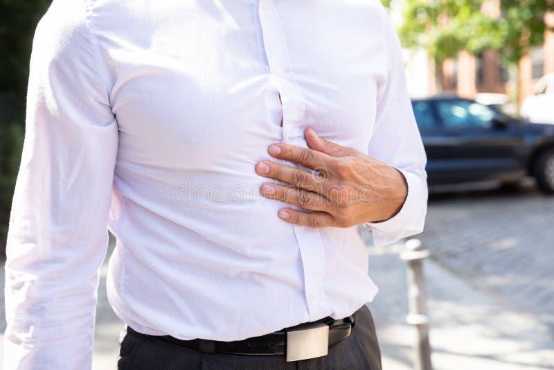 Homme souffrant de la douleur abdominale photographie stock
