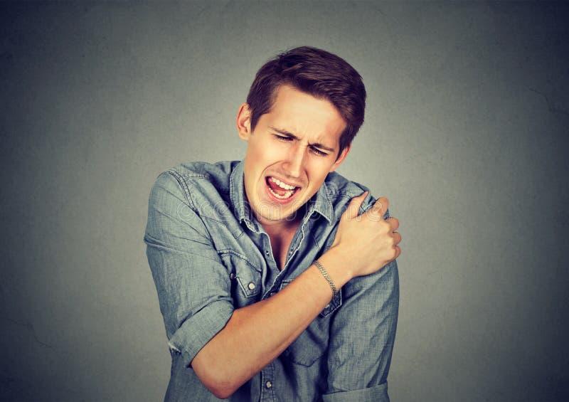 Homme souffrant de la douleur de cou ou d'épaule images libres de droits