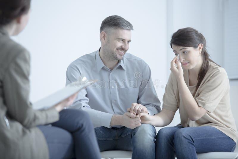 Homme soulageant l'épouse pleurante images libres de droits