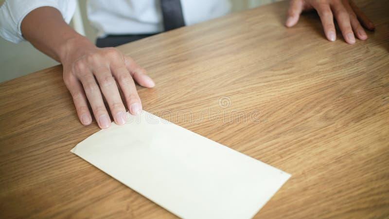 Homme soumettant à une contrainte avec la lettre de démission pour pour stopper un travail photographie stock