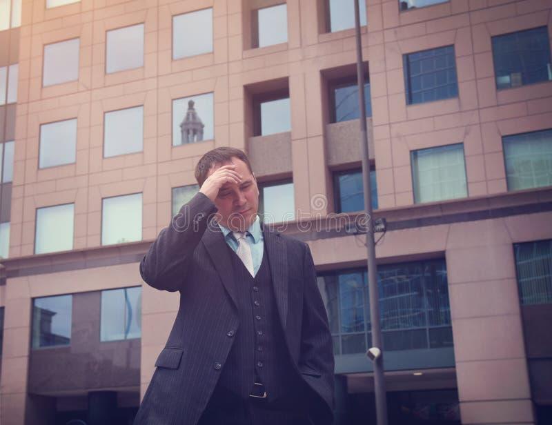Homme soumis à une contrainte inquiété d'affaires dehors photos stock
