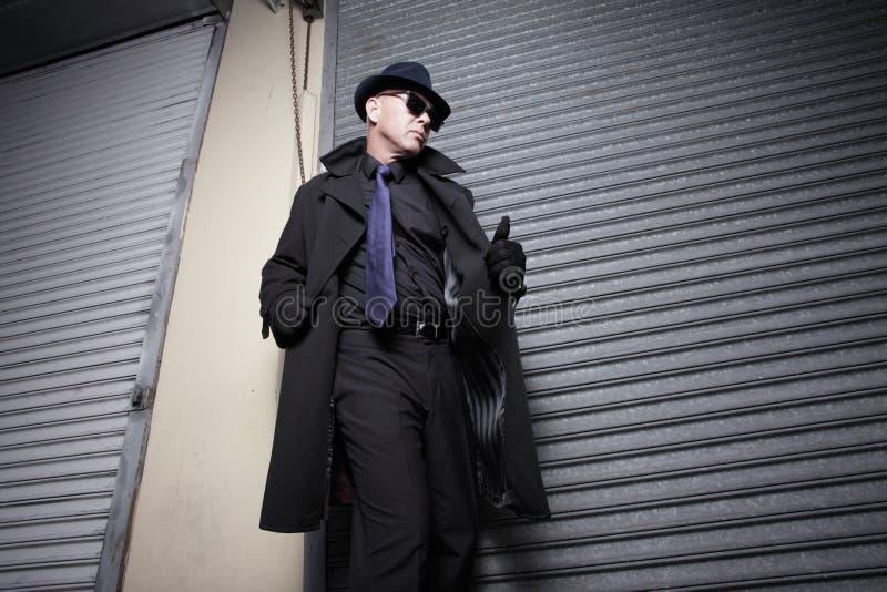 Homme soupçonneux dans une couche photo libre de droits