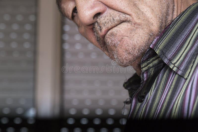Homme soupçonneux photos libres de droits