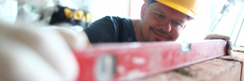 Homme souriant à hardhat photo stock
