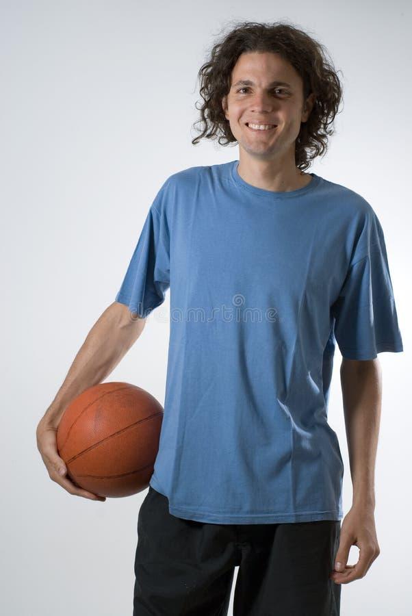 Homme souriant avec le basket-ball - verticale photos libres de droits