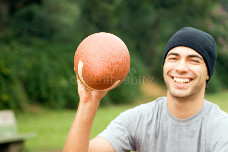 Homme souriant avec le football - horizontal photo libre de droits