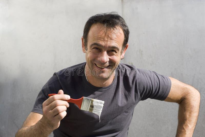 Homme souriant avec le pinceau - horizontal photo libre de droits