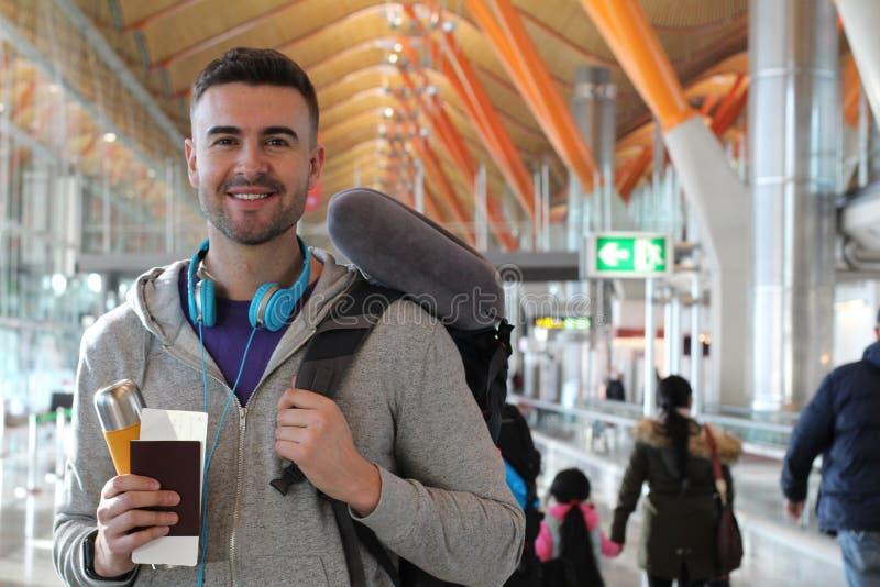 Homme souriant dans l'aéroport serré photographie stock libre de droits