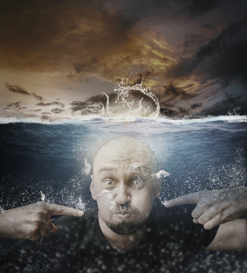 Homme sous l'eau images libres de droits