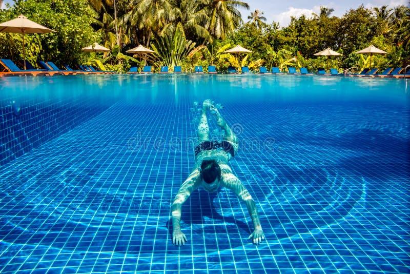 Homme sous l'eau dans une piscine image libre de droits