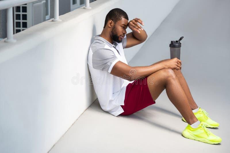 Homme sportif barbu détendant après la séance d'entraînement de matin photo stock