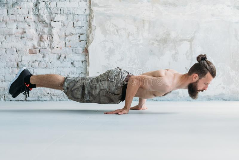 Homme sportif d'exercice de résistance statique de force photo stock