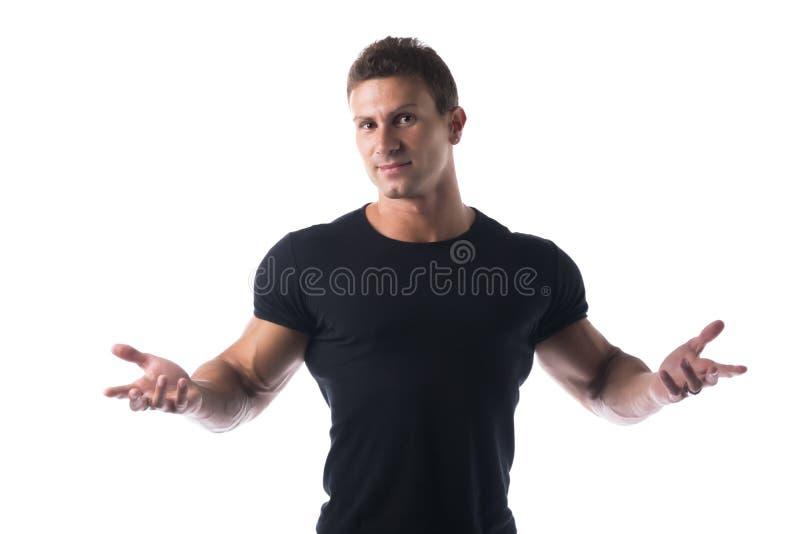 Homme sportif dans la chemise noire avec les bras ouverts photographie stock