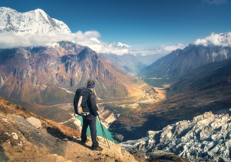 Homme sportif debout avec le sac à dos sur la crête de montagne image stock