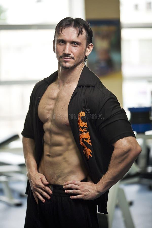 Homme sportif en gymnastique photographie stock libre de droits
