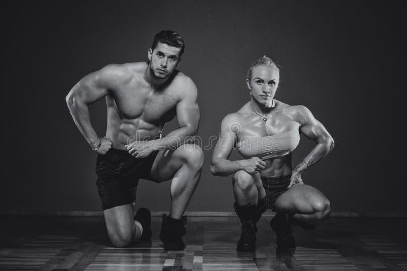 Homme sportif et femme faisant l'exercice de forme physique photographie stock