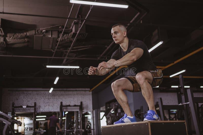 Homme sportif exécutant la séance d'entraînement de crossfit à la boîte de crossfit photos stock