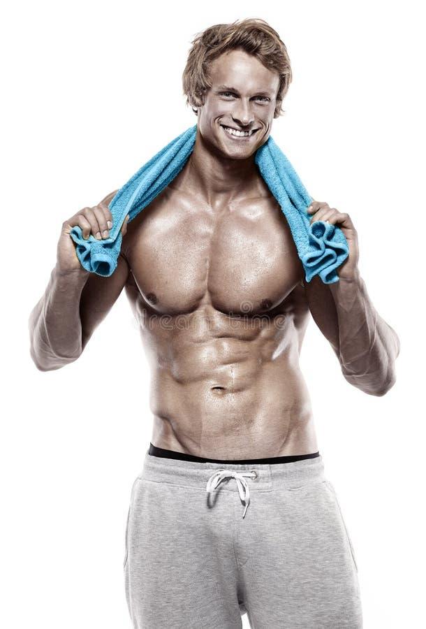 Homme sportif fort de muscle avec la serviette image stock
