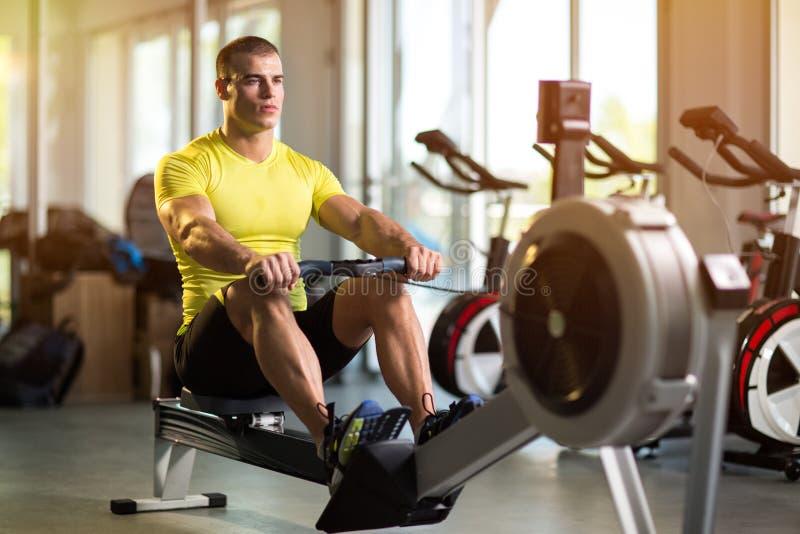 Homme sportif s'exerçant dans le gymnase photographie stock libre de droits