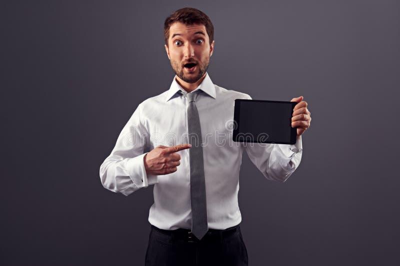 Homme se dirigeant à son PC de comprimé images libres de droits