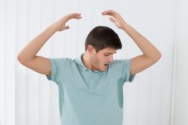 Homme suant très mal sous l'aisselle photos libres de droits