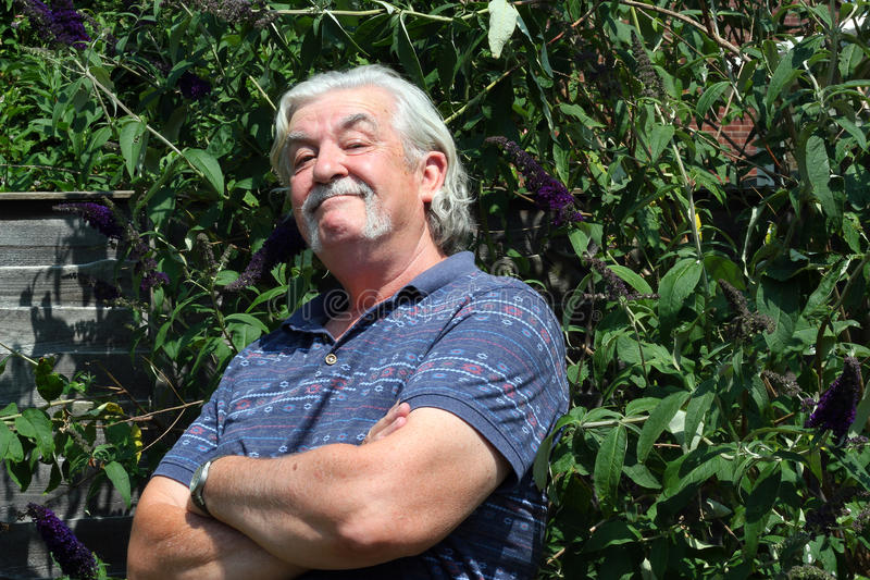 Homme suffisant plus âgé. image libre de droits