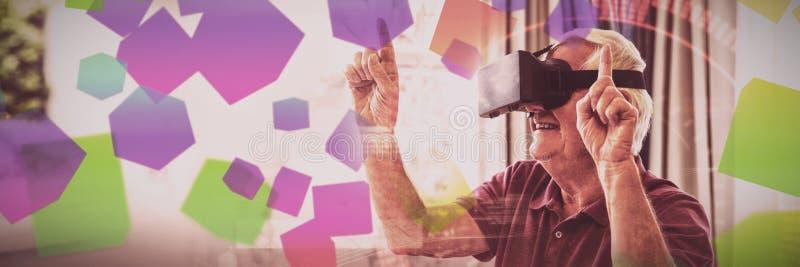 Homme supérieur à l'aide d'un dispositif de réalité virtuelle photo stock