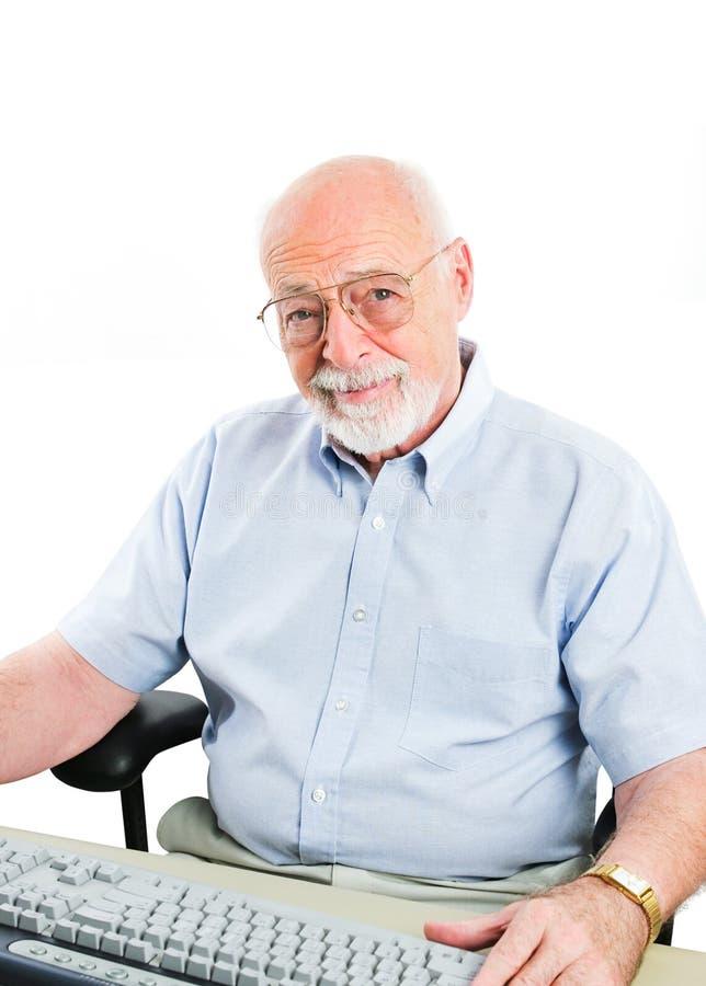 Homme supérieur à l'aide de l'ordinateur de bureau photo libre de droits