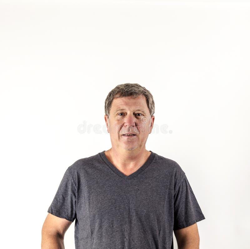 Homme supérieur étonné regardant l'appareil-photo photographie stock libre de droits
