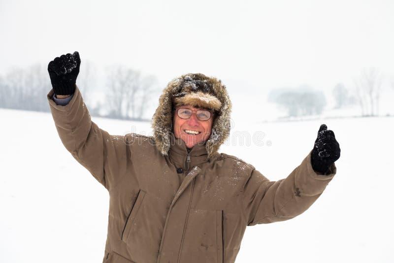 Homme supérieur actif heureux en hiver photos libres de droits