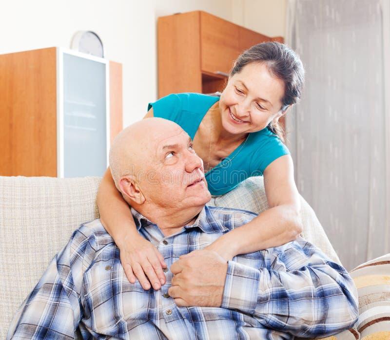Homme supérieur avec l'épouse mûre photos stock