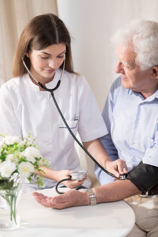 Homme supérieur avec l'hypertension photo stock